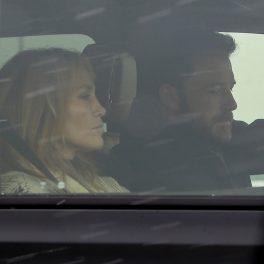 Ben Affleck și Jennifer Lopez, într-o mașină, în timp ce actorul este la volan