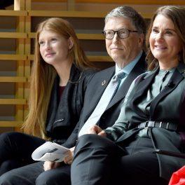 Bill Gates alături de soția și de fiica lor cea mică, Phoebe Gates în cadrul unui eveniment al Fundației lor. Totți trei poartă ținute sobre.