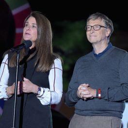 Bill Gates alături de soția lui Melinda Gates. Cei doi au ținute sobre. Ea are o rochie bleumarin cu mâneci albe, iar el poartă o bluză de aceeași culoare.
