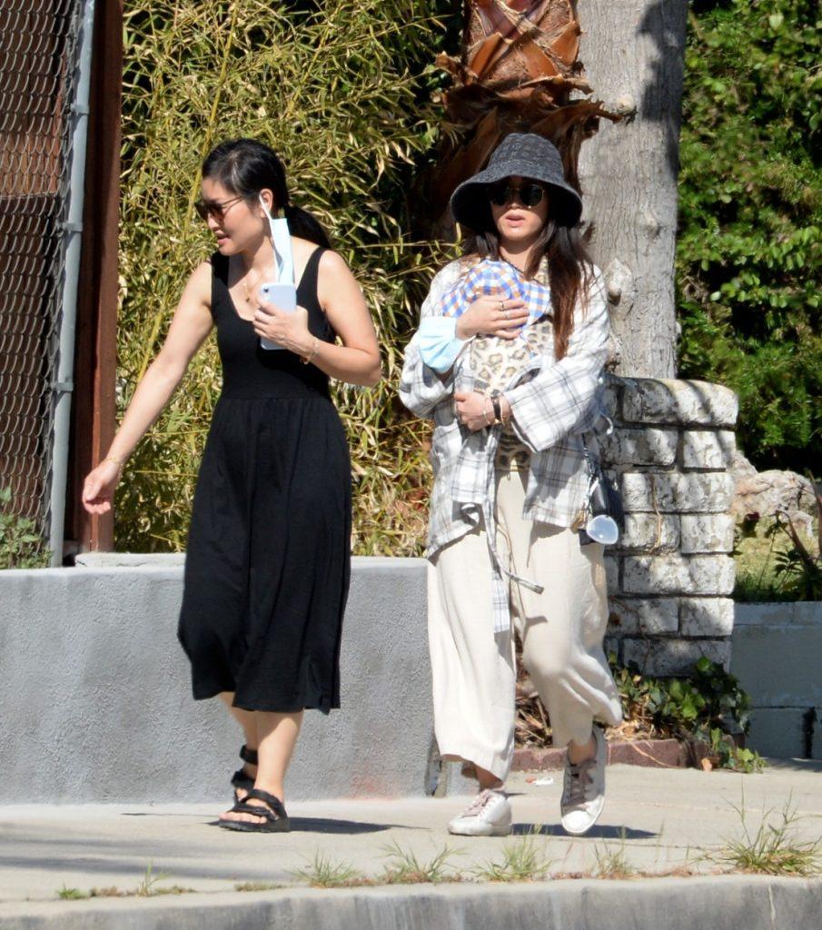 Brenda Song, alături de bebelușul ei, într-o ținută lejeră, la plimbare
