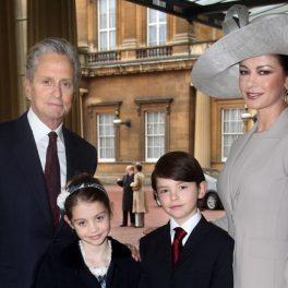 Catherine Zeta-Jones și Michael Douglas, alături de cei doi copii, la Palatul Buckingham, în anul 2011