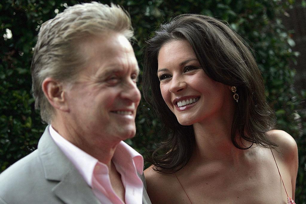 Catherine Zeta-Jones și Michael Dougla, îmbrăcați elegant, la premiera filmului A fost odată la... Hollywood