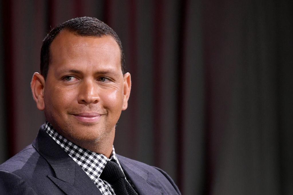 Alex Rodriguez, zâmbitor, îmbrăcat în cămașă cu cravată, la o conferință cu tematică sportivă