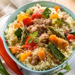 Cușcușcu legume într-un bol gri, gata de servit