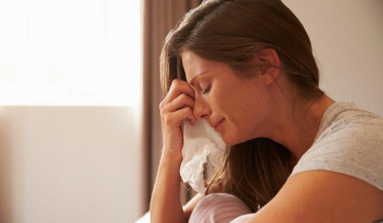 O femeie plânge după o relație nepotrivită.