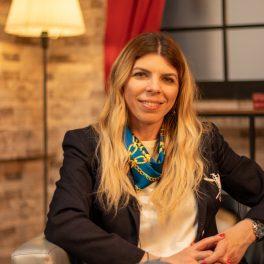 Denisa Zaharia, zâmbitoare în fața camerelor de fotografiat la interviul CaTine.ro