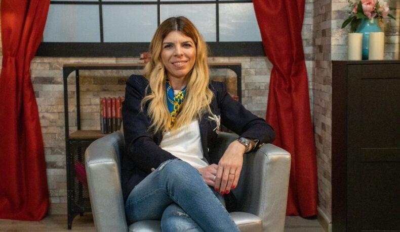Denisa Zaharia, pe fotoliu, relaxată și zâmbitoare la interviul CaTine.ro