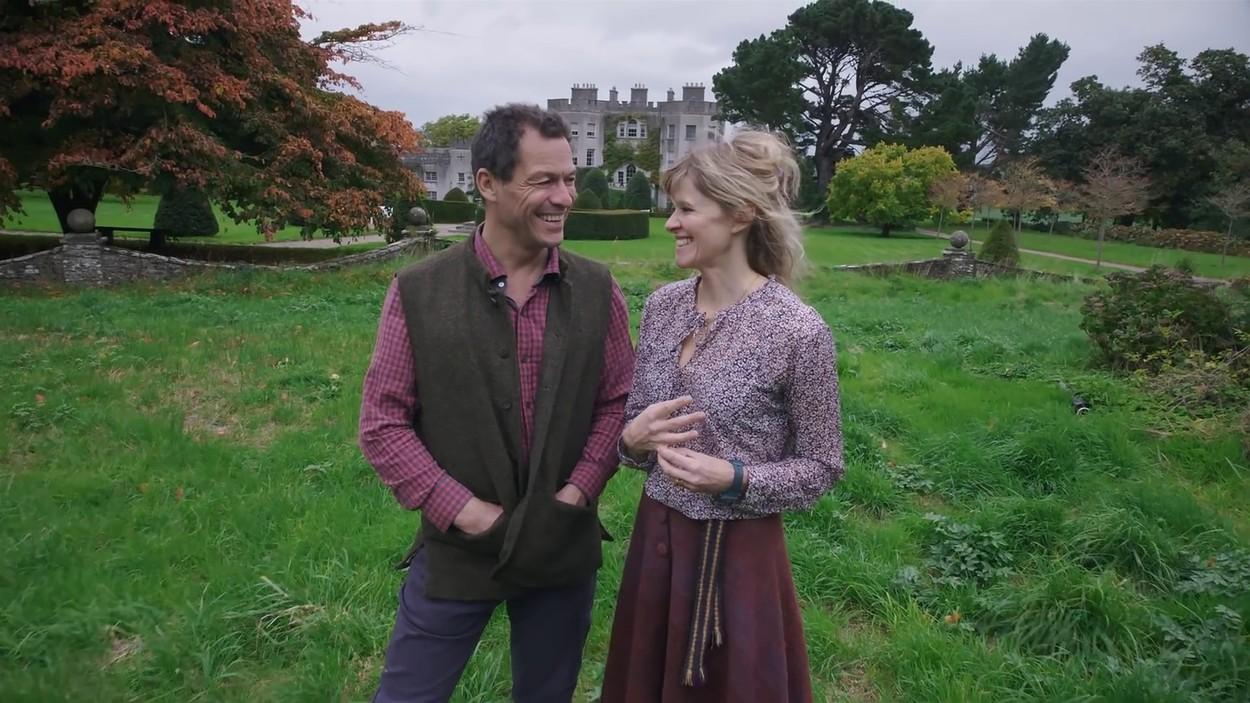 Dominic West și soția sa, în grădina casei lor, în timp ce își prezintă casa