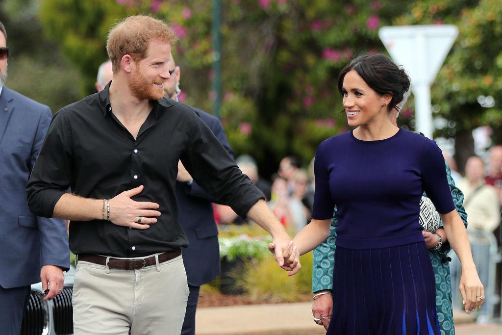 Meghan Markle și Prințul Harry, în timp ce se țin de mână, într-o vizită oficială în Noua Zeelandă