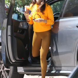 Eiza Gonzalez, în timp ce coboară din mașină și se îndreaptă către sala de sport