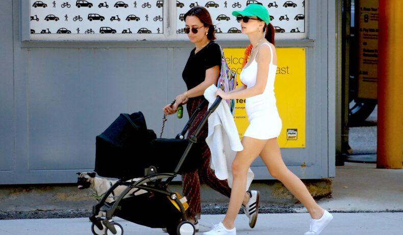 Emily Ratajkowski, la plimbare cu bebelușul ei, într-o rochie albă, extrem de scurtă