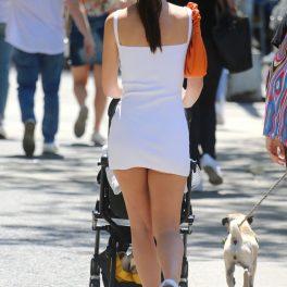Emily Ratajkowski, imagine de la spate, în timp ce își plimbă bebelușul pe stradă, în New York