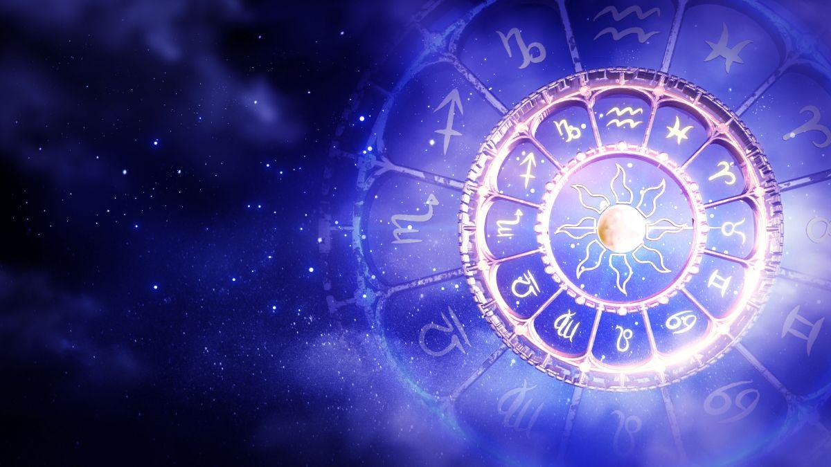 Cele 12 semne zodiacale, dispuse în cercuri concentrice, cu un soare stilizat în interior, pe un fundal în nuanțe de mov și albastru.