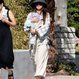 Brenda Song, partenera lui Macaulay Culkin, la plimbare, cu bebelușul în marsupiu
