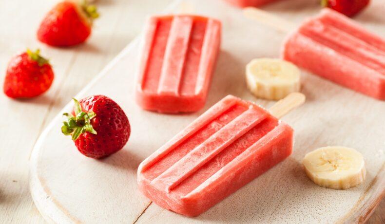 Înghețată pe băț, din banane cu căpșuni, gata de servit