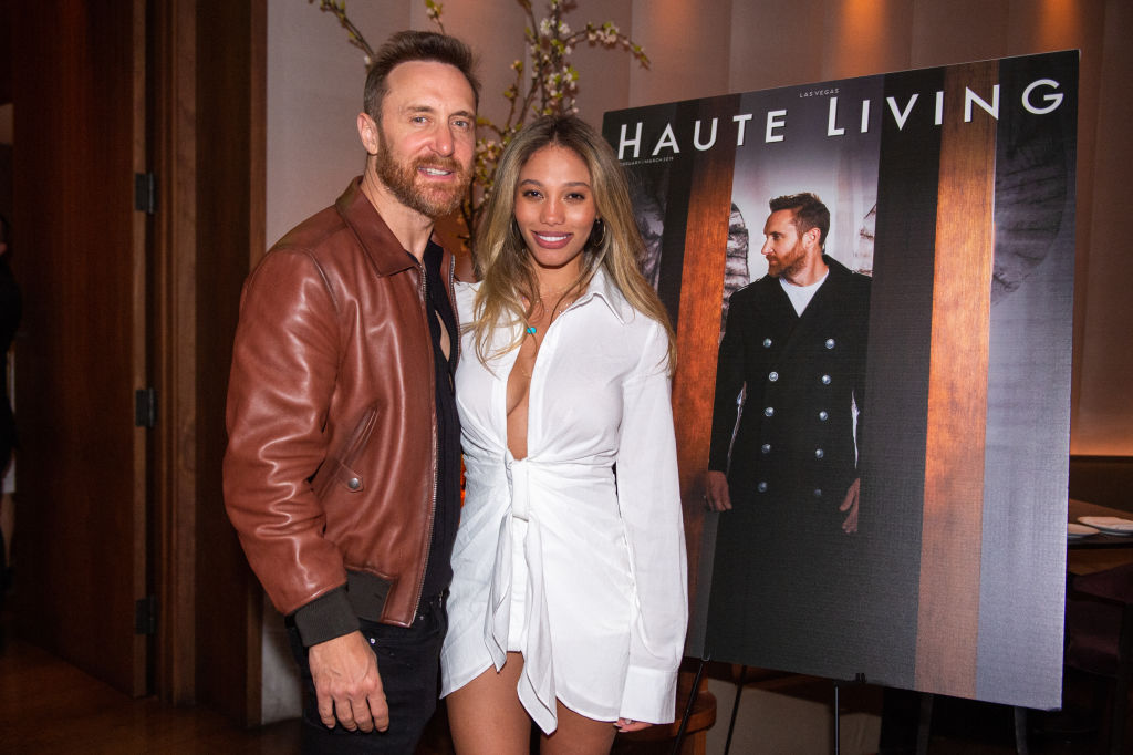 David Guetta și iubita sa, la un eveniment, îmbrăcați elegant