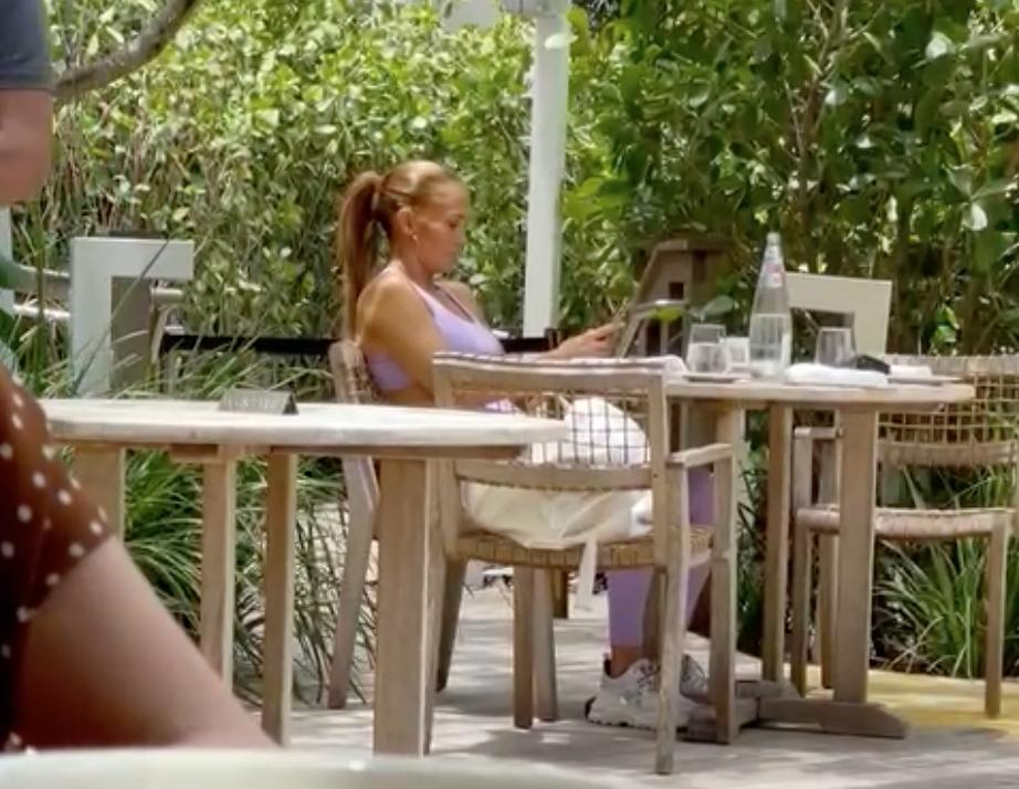 Jennifer Lopez, fotografiată la un restaurant în Miami, în timp ce stă la masă, îmbrăcată lejer