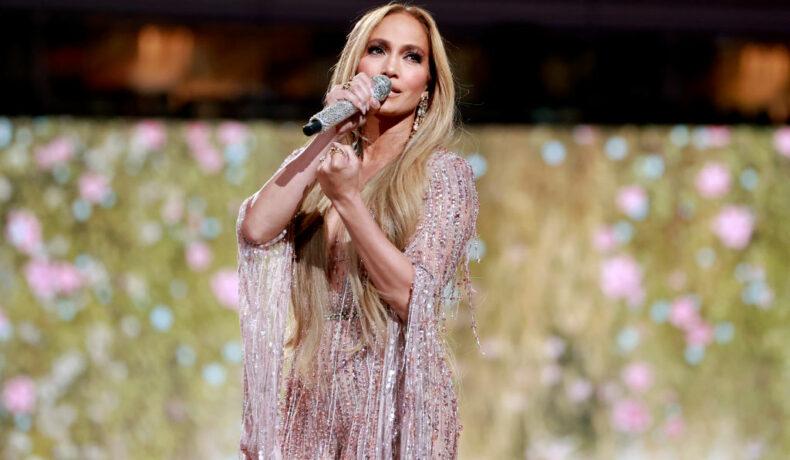 Jennifer Lopez, într-o ținută glamour, pe scena Vax Live 2021