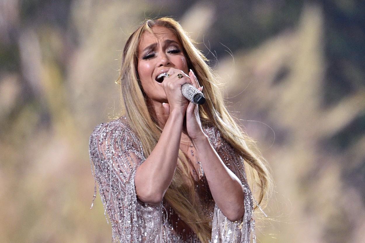 Jennifer Lopez, în timpul concertului VAX Live, în timp ce cântă