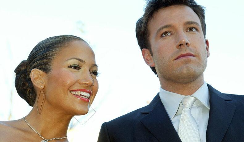 Jennifer Lopez și Ben Affleck, îmbrăcați elegant, la premiera fimului Daredevil, în anul 2003