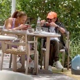 Jennifer Lopez și Marc Anthony, la masă, la un restaurant din Miami, în timp ce beau cafea
