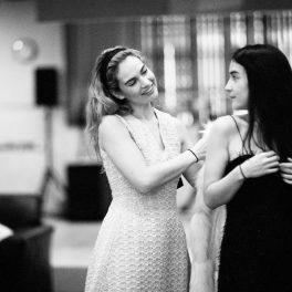 """Jessie Mei Li, alături de Lily James în timpul repetițiilor pentru filmul """"All about Eve"""""""