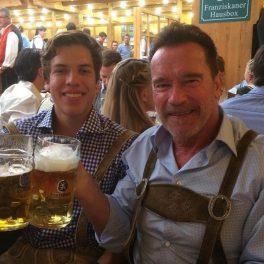 Joseph Baena este cu Arnold Schwarzenegger la o terasă. Cei doi ciocnesc câte o halbă de bere.