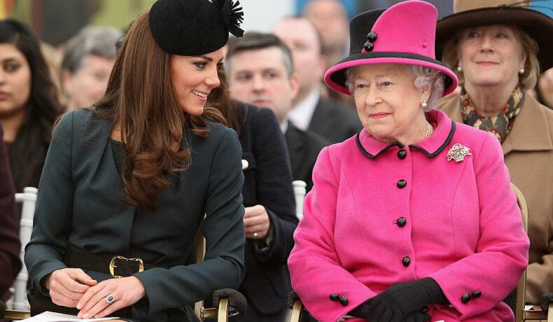 Kate Middleton, alături de Regina Elisabeta, la o prezentare de modă, în anul 2012, la Leicester