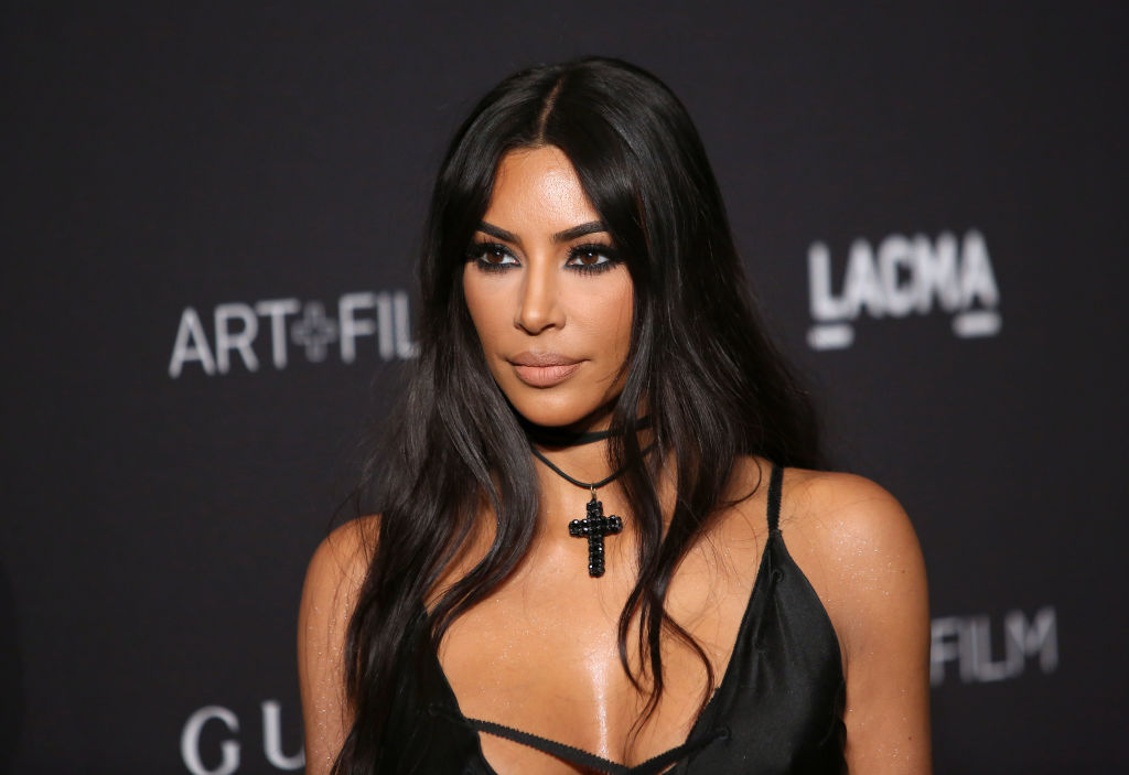 Kim Kardashian, la un eveniment monden, îmbrăcată într-o rochie neagră, elegantă, în anul 2018