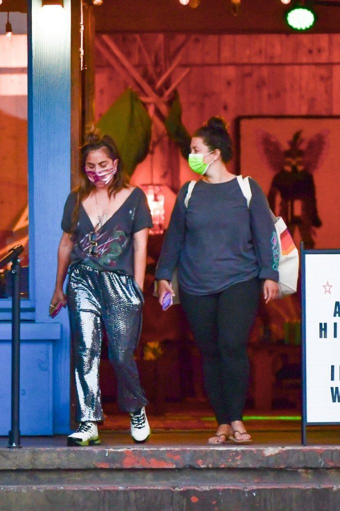 Lady Gaga, alături de o prietenă, sunt fotografiate în timp ce ies dintr-un magazin și merg spre mașină
