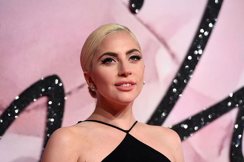Lady Gaga, îmbrăcată elegant și coafată, la Fashion Awards 2016