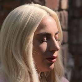 Lady Gaga, cu ochii închiși, în timp ce își amintește despre abuzul sexual de la vârsta de 19 ani