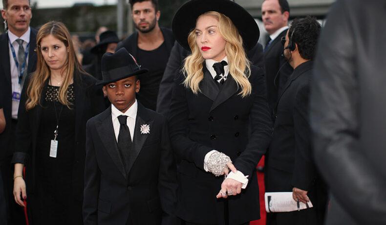 Madonna, alături de fiul ei, David Banda, îmbrăcați în negru, la Premiile Grammy din anul 2014