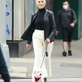 Maye Musk, la plimbare, pe stradă, în New York, în timp ce traversează pe trecerea de pietoni