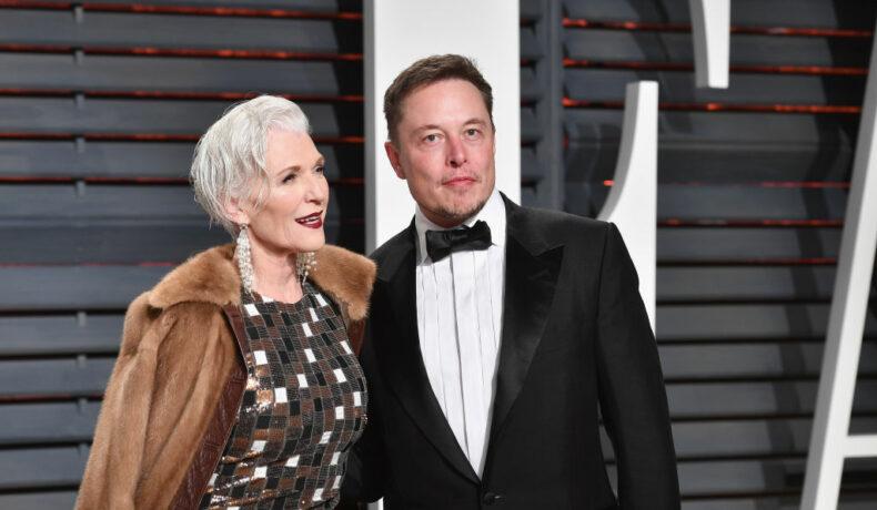 Maye Musk și Elon Musk, îmbrăcați elegant, pe covorul roșu, la Vanity Fair Party în anul 2017