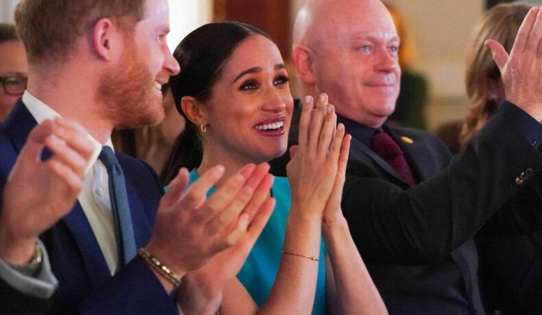 Ducii de Sussex, în timp ce aplaudă și se bucură, la decernarea Endeavour Fund Awards, în anul 2020