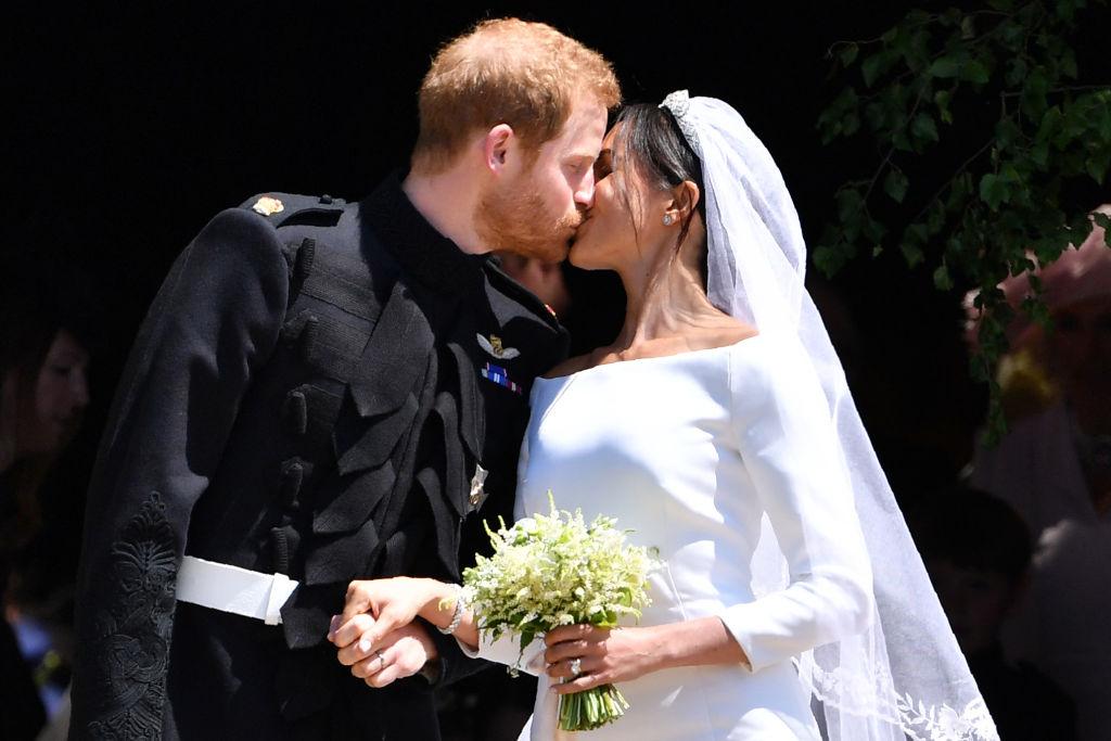 Meghan Markle și Prințul Harry, fotografiați în timp ce se sărută, după oficierea slujbei de căsătorie