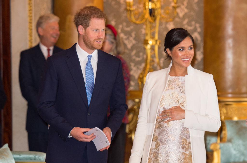Meghan Markle și Prințul Harry, la o ceremonie în care s-au aniversat 50 de ani de la învestirea Reginei Elisabeta pe tronul Marii Britanii