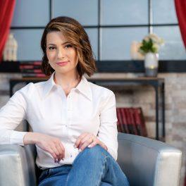 Mihaela Călin, fotografiată în timp ce răspunde cu sinceritate întrebărilor din interviul pentru CaTine.ro