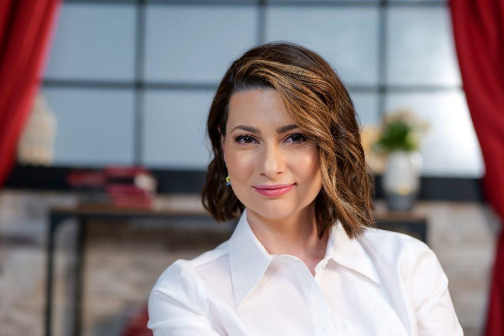 Mihaela Călin, zâmbitoare în fața camerelor, la interviul pentru CaTine.ro