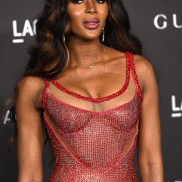 Naomi Campbell, în anul 2019, într-o rochie roșie, strălucitoare, la evenimentul Film Gala Presented By Gucci