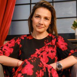 Olga Abramescu, zâmbitoare la cameră, în timp ce acordă un interviu pentru CaTine.ro