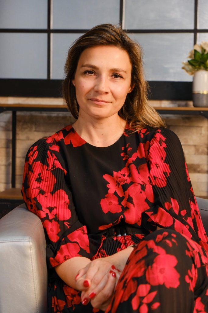 Olga Abramescu, în timp ce stă pe un fotoliu, picior peste picior, la interviul CaTine.ro