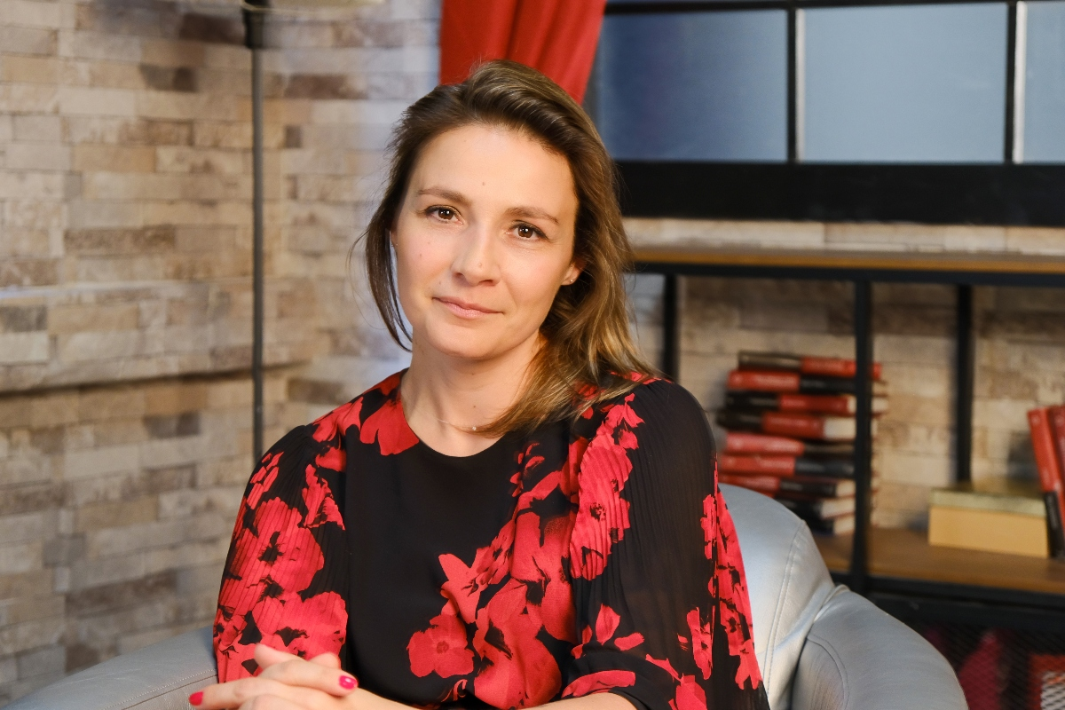 Olga Abramescu, fotografiată pe un fotoliu, în studio, la interviul CaTine.ro