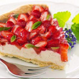Porție de tartă cu căpșuni și budincă de vanilie