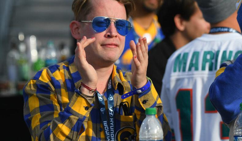 Macaulay Culkin, la un eveniment sportiv, în Arizona, fotografiat în timp ce aplaudă