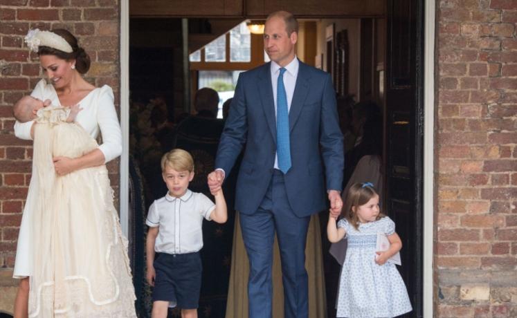 Ducii de Cambridge împreună cu cei trei copii, la botezul Prințului Louis