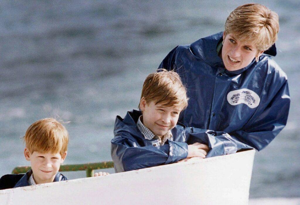 Prințesa Diana, alături de fii ei, într-un turneu în Canada, în 1991, la o cascadă