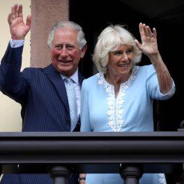 În imagine Prințul Charles și Camilla, Ducesa de Cornwall salută de la balcon.