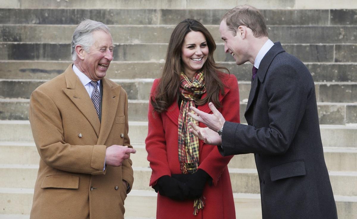 interpretarea a limbajului corporal dintre prințul Charles îmbrăcat într-un palton crem, Ducesa Kate într-un palton roșu și soțul acesteia într-un costum negru într-o discuție zâmbind